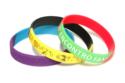 pulseira-de-silicone-bicolor-gravada-em-silkscreen-ou-baixa-relevo-ou-alto-relevo-min