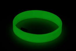 pulseira-de-silicone-glow-in-dark-brilho-no-escuro-sem-mensagem-noite-min